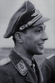 """Major Erich Rudorffer (1917-2016), Ritterkreuz 01.05.1941 als Leutnant und Flugzeugführer in der 6./Jagdgeschwader 2 """"Richthofen"""", Eichenlaub (447) 11.04.1944 als Major und Kommandeur II./Jagdgeschwader 54, Schwerter (126) 26.01.1945 als Major und Kommandeur II./Jagdgeschwader 54 ✠ 222 Luftsiege, ca. 1000 Feindflüge."""