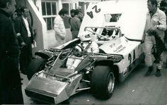 24 Heures du Mans 1971, Guy Ligier au volant de la JS3. A côté de la voiture, carnet de notes en mains, son concepteur Michel Tétu. (copyright archives AgrippA-mediA /// archives Ligier)