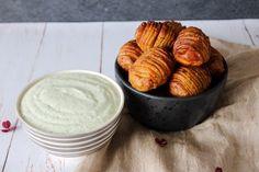 Vi spiser dem både som snacks med lækker dip til eller vi serverer kartoflerne og dippen, som en del af aftensmadsbordet med kød og salat til. Det er lækkert på begge måder!