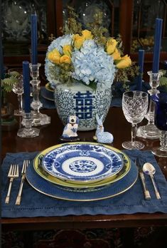 Blue and White China: How to Set the Table for Any Season - Susan Said... WHAT?! Blue Table Settings, Elegant Table Settings, Beautiful Table Settings, Place Settings, Design Apartment, Enchanted Home, Blue And White China, Table Arrangements, Traditional Decor