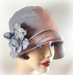 flapper cloche hat- bell shaped hat- very popular in the These were made famous by flappers and it was invented by Caroline Reboux. 20s Fashion, Vintage Fashion, Vintage Looks, Vintage Style, Caroline Reboux, 50s Glamour, Floral Pins, Flapper Dresses, 1920s Flapper