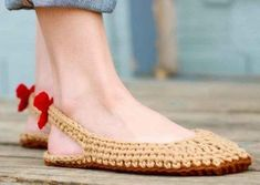 If you know a little bit about crocheting some common types of stitches then we have this DIY crochet slippers pattern for you to create great footwear fashionCrochet Slipper Pattern Slingbacks Woman sizes 312 by MamacheeCrochet Patterns Slippers See Diy Crochet Slippers, Crochet Slipper Pattern, Crochet Sandals, Crochet Shoes, Crochet Clothes, Crochet Patterns, Shoe Pattern, Crochet Woman, Crochet Accessories