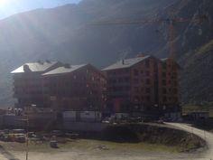 Nun stehen schon drei neue Apartmenthäuser von Andermatt Swiss Alps nebeneinander - das Resort wächst.