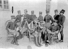 Su Alteza El infante D. Fernando de Baviera haciendo guardia como Capitán de Húsares de Pavia, en el cuartel de su Regimiento en Alcalá de Henares 1906. Foto publicada en ABC