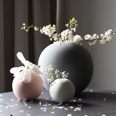ball-vase-grey-pink-white-1