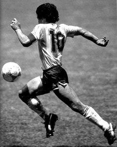 Diego Armando Maradona was the greatest palyer ever. He scored the best goal in the history of world cup. This is Maradona on 'El gol del siglo' scored against England during the mexico's 86 world cup. Football 2018, Best Football Players, Good Soccer Players, Retro Football, World Football, Soccer World, Vintage Football, Football Soccer, Cr7 Messi