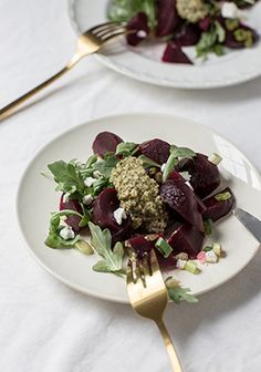This is the perfect appetizer for when you have guests over. The pesto can be made ahead of time and keeps for weeks in the fridge (or months in the freezer). I like to buy pre-cooked and peeled beets so I have more time to prepare the rest of the meal. Healthy Cooking, Cooking Recipes, Healthy Recipes, Clean Recipes, Pesto Salad, Walnut Pesto, Good Food, Yummy Food, Unique Recipes