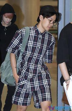Jhope airport fashion got me like 😍 Jimin, Bts Bangtan Boy, Bts Boys, Bts Airport, Airport Style, Airport Fashion, Gwangju, Seokjin, Namjoon