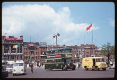 Wonderful Color Photographs of Dublin: In American photographer Charles Cushman visited Ireland & captured wonderful photos of its capital, Dublin, on color slides. Old Pictures, Old Photos, Then And Now Photos, Photo Engraving, Romantic Photos, Dublin Ireland, Portrait Photo, Vintage Photographs, Street View