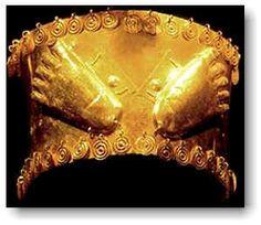 Corona de oro elaborada en una lámina rectangular con cuentas