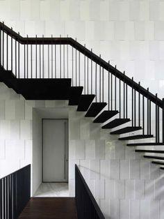Escada preta e parede branca Arquiteto: Formwerkz Architects