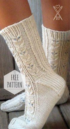 Ravelry: Owlie Socks pattern by Julie Elswick Suchomel - free knitting pattern Owl Knitting Pattern, Loom Knitting, Knitting Socks, Knitting Patterns Free, Knit Patterns, Hand Knitting, Free Pattern, Knitting Charts, Pattern Ideas
