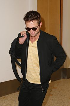 19) more Sydney airport pics in HQ ~ there Rob's smile...or should I say smirk?
