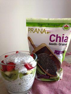 Pudding graines de chia - 1/4t graines de chia,  - 1T lait,  - 1T yaourt,  - des fruits ( mangue, fraises, framboises, kiwi, fruits de la passion, pêches......)  Dans un contenant avec couvercle allant au frigo, mélanger les ingrédients. Laisser au minimum 12h au réfrigérateur. Faire le montage un étage pudding, un étage fruits. Bonne dégustation. Minimum, Fruit, Montage, Kiwi, Pudding, Passion, Breakfast, Food, Chia Seeds