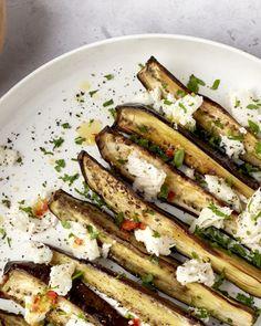 Geroosterde aubergine met lekker smeuïge mozzarella, een pikante toets van de chilipepers, een friszure citroendressing en lekker vullende couscous. Een heerlijke vegetarische ovenschotel voor aubergine-lovers! Healthy Summer Recipes, Quick Healthy Meals, Vegetarian Recipes, Healthy Eating, Eggplant Recipes, Mozzarella, Tasty Dishes, Soul Food, Salads