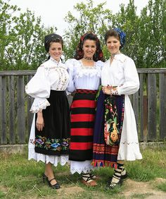 Romanian women are beautiful, especially if they wear traditional clothing :) Romania Folk Costume Folk Fashion, Ethnic Fashion, Romania People, Romanian Women, Ukraine, Costumes Around The World, Beautiful Costumes, Ethnic Dress, Style Casual