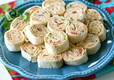 Chicken Enchilada Roll Ups These Chicken Enchilada Roll Ups are a great appetizer for parti. Chicken Enchilada Roll Ups These Chicken Enchilada Roll Ups are a great appetizer for parties! Snacks Für Party, Appetizers For Party, Appetizer Recipes, Delicious Appetizers, Kid Friendly Appetizers, Beach Snacks, Delicious Recipes, Fiesta Chicken, Roll Ups Recipes