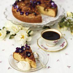 Kanelig rabarberkaka som blir extra fin med små söta violer.
