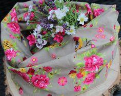 Loopschal in Beige mit Pinken Blumen  von Freche Goaß auf DaWanda.com