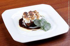 Villa Marcolini Ristorante (jantar)    Brownie com doce de leite e merengue  Bolo de chocolate tipo brownie , doce de leite e merengue gratinado com molho de baunilha