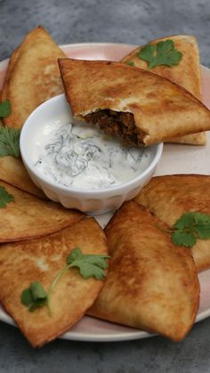 Super easy samosas made with tortillas! Indian Dessert Recipes, Mexican Food Recipes, Beef Samosa Recipe Indian, Easy Indian Snacks, Easy Samosa Recipes, Samosa Recipe Videos, Easy Cooking, Cooking Recipes, Snacks Recipes