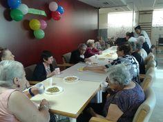 Celebración de cumpleaños en el centro de día La Rambla de Hospitalet de Llobregat.