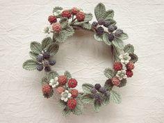 糸編み花のリース・木苺とブルーベリー