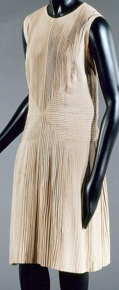 1927 short dress by Madeleine Vionnet: silk crepe in a straight shape, round neckline, sleeveless, Bodice and skirt are finely pleated vertically; yoke is finely pleated horizontally. Via Musée Galliera, Musée de la Mode de la Ville de Paris.