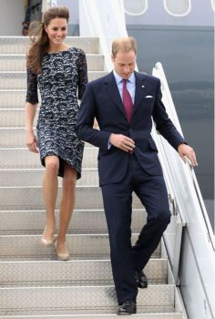 Prince William and Kate Middleton began their first joint overseas tour June They arrived at MacDonald-Cartier International Airport in Ottawa. Estilo Kate Middleton, Kate Middleton Outfits, Kate Middleton Style, Prince William And Kate, William Kate, King William, Lady Diana, Duke And Duchess, Duchess Of Cambridge