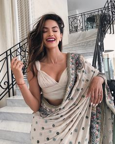 Beautiful blouse Elegant Designer Indian Sari Click Visit above for more options Indian Blouse, Indian Sarees, Modern Saree, Saree Trends, Indian Wedding Outfits, Indian Outfits Modern, Indian Fashion Modern, Wedding Dresses, Stylish Sarees