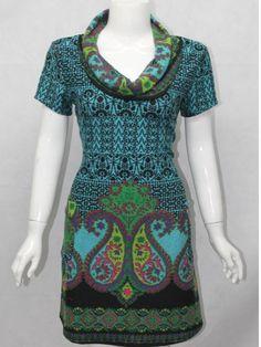Blød tunika i 96% polyester og 4% elastan. Model med påsyede lommer ude på hofterne og sjalkrave. Kan bruges over leggings og bukser. Str. S - XL