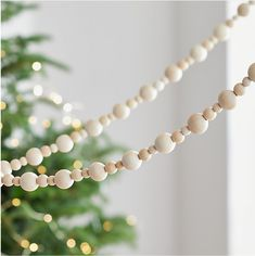 How to make a Wood Bead Garland – The Ginger Home – Diy Garland 2020 Bead Garland Christmas Tree, Diy Christmas Decorations For Home, Scandinavian Christmas Decorations, Wood Bead Garland, Beaded Garland, Scandinavian Holidays, Tree Decorations, Garland Decoration, Christmas Table Centerpieces