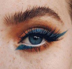 Editorial Eye Makeup Look Eye Makeup Photography Yellow And Blue . Editorial Augen Make-up L Pink Eyeliner, How To Do Eyeliner, Eyeliner Looks, No Eyeliner Makeup, Blue Eye Makeup, Hair Makeup, Makeup Light, Orange Makeup, Makeup Trends