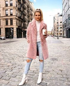 Booties Pink Fur Coat x Distressed Jeans x White Booties - NYC Street Style Rosa Pelzmantel x Distressed Jeans x Weiße Stiefeletten - NYC Street Style Winter Mode Outfits, Winter Fashion Outfits, Look Fashion, Autumn Winter Fashion, Fall Outfits, Womens Fashion, City Fashion, Autumn Style, Pink Outfits
