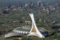 Le Stade Olympique de Montréal vue des airs. Le stade olympique de Montréal est un stade omnisports couvert d'une capacité maximale de 65 000 places, conçu par l'architecte français Roger Taillibert et construit pour les Jeux olympiques d'été de 1976.