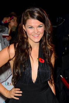 Saara Aalto osallistui seurapiiritapahtumaan maailmantähtien kanssa. Tank You, Pop Singers, Lakes, Finland, Celebrity, People, Celebs, People Illustration, Folk