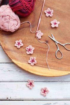 Este patrón de flores de ganchillo libre hace poco las flores de cerezo perfectos, pero se puede personalizar para hacer una variedad de flores para la decoración del hogar, bandas para la cabeza o incluso acentos de otras piezas de punto. | MakeAndDoCrew.com