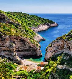 Conoce la Isla Stiniva en Croacia, la mejor playa de Europa