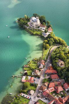 """Le château médiéval de Ruphy (aussi appelé """"Châteauvieux""""), datant du XIème siècle, et situé sur la presqu'île de Duingt (Haute-Savoie) en bordure du lac d'Annecy."""