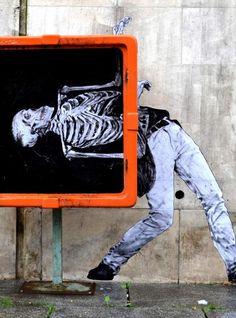 Découverte de l'artiste de Street-Art français Charles Leval,  aka « Levalet« . Charles Leval met en scène des personnages en noir et blanc dans les rues de Paris.
