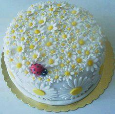 Daisies and ladybird cake Cake Icing, Fondant Cakes, Cupcake Cakes, Creative Desserts, Fun Desserts, Rodjendanske Torte, Realistic Cakes, Cake Design Inspiration, Daisy Cakes