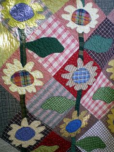 As seen at the Outdoor Quilt Show at the Country Loft in La Mesa, California, on Saturday, August 2009 Sunflower Quilts, Quilting Board, Small Quilts, Applique Quilts, Square Quilt, Quilting Projects, Quilt Blocks, Quilt Patterns, Needlework