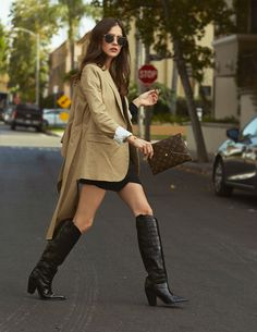 A subtle Western touch. The Western look is growing strong and cowboy boots are leading this trend. Besides Coachella, I am usually not into cowboy boots or that Western vibe. Cowboy Boot Outfits, Winter Boots Outfits, Cowboy Boots, Outfit Winter, Best Street Style, Looks Street Style, Winter Stil, Fashion 2020, Fashion Online