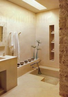 Badkamer waarbij alle meubels uit leem opgezet zijn. Zo ook de wandkast in de muur uitgehold. Geeft een heel natuurlijk en strak beeld.