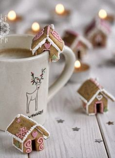 Lebkuchenhaus Bausatz: Kostenlose Anleitung & Rezepte zum selber bauen You can make a gingerbread house yourself during the Advent season. The most exciting sets & instructions for gingerbread houses Noel Christmas, Christmas Goodies, Winter Christmas, All Things Christmas, Christmas Gifts, Christmas Decorations, Christmas Coffee, Christmas Houses, Christmas Morning