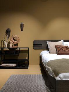 Warme kleuren op de muur en de mooiste souvenirs van je bezoek aan Loods 5 zijn samen de perfecte combinatie voor een slaapkamer om in tot rust te komen!   Hoe ziet jouw slaapkamer eruit, warm en knus of fris en wit?  #loods5 #loods5inhuis #home #interior #interieur #wonen #styling #wooninspiratie