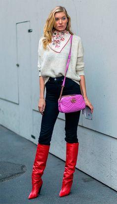 Street style look com botas vermelha.