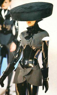 Thierry Mugler Fashion show & more details Weird Fashion, Modern Fashion, Look Fashion, Runway Fashion, Fashion Art, High Fashion, Fashion Show, Vintage Fashion, Fashion Outfits