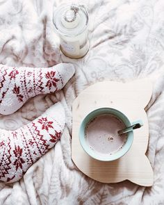 Hygge on a daily basis to soothe your mood and feel calmer Pilou Pilou, Wicked Good, Metz, Winter Images, Cozy Socks, Christmas Mood, Xmas, Free Day, Winter Is Here