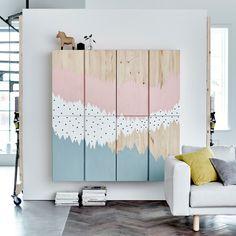 Secções IVAR com um mural pintado em azul, branco e rosa  Idea para aparador de comedor